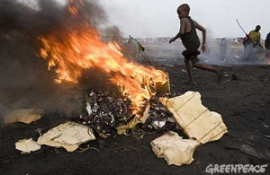 membakar sampah elektronik