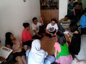 Para sepupu saya lagi asyik main kartu.